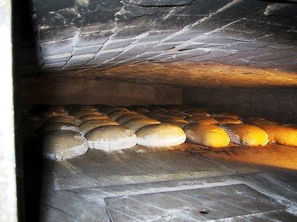 Das Brot ist soeben in den Ofen gekommen.